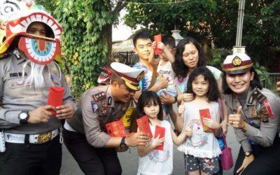 Di Medan Polisi Berbagi Angpao Cokelat