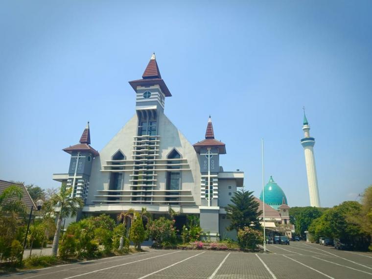 19 Tahun Berdampingan, Masjid dan Gereja di Pusat Propinsi Jawa Timur Ini Mewujudkan Etika Beragama