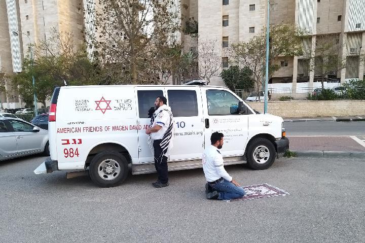 Virus Corona, Kru Ambulans Muslim dan Yahudi Ibadah Berdampingan