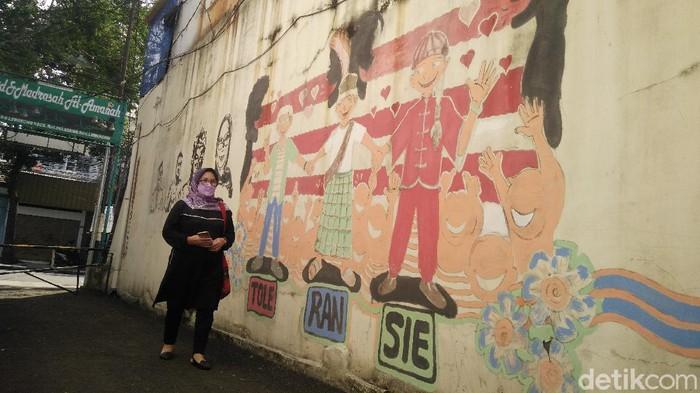 Cerita Wadah Kerupuk dan Merawat Kebinekaan di Gang Ruhana